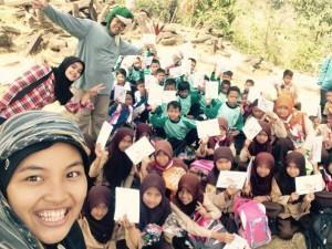 Keceriaan anak-anak mendengarkan dongeng dari Forum Indonesia Mendongeng