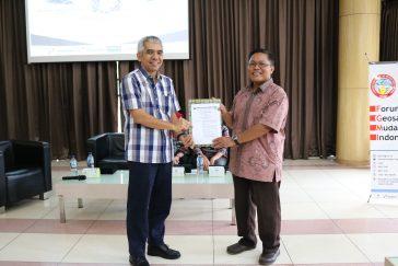 Penyerahan SK pengesahan SM IAGI UI oleh Pak Sukmandari (Ketua IAGI) kepada Presiden SM IAGI UI